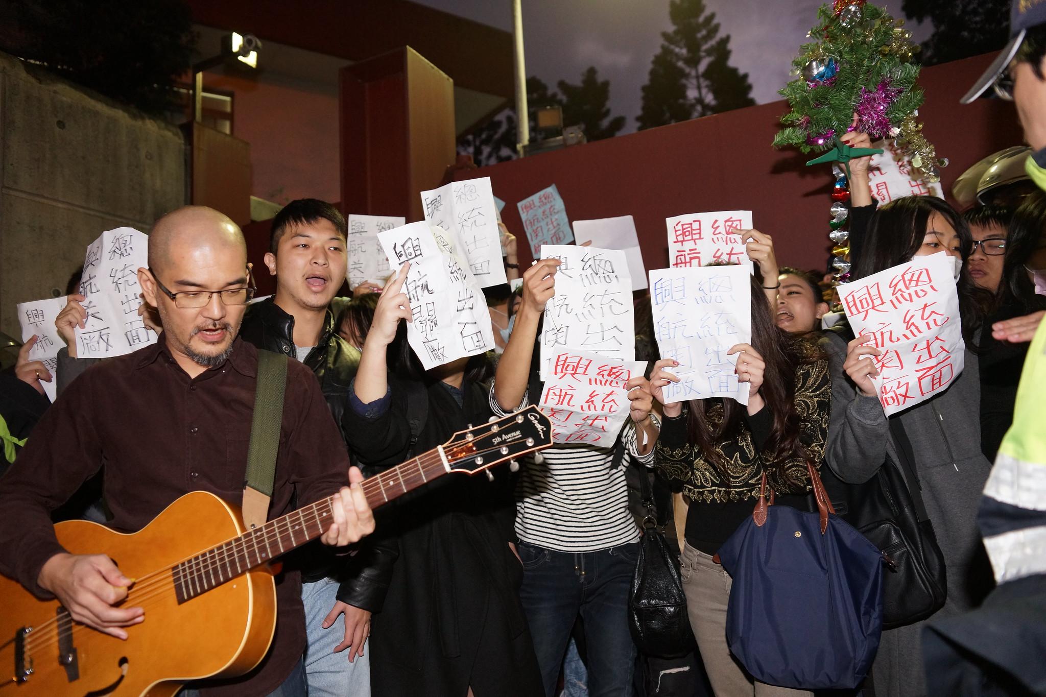 興航關廠工人在總統官邸前唱《平安夜》。(攝影:王顥中)