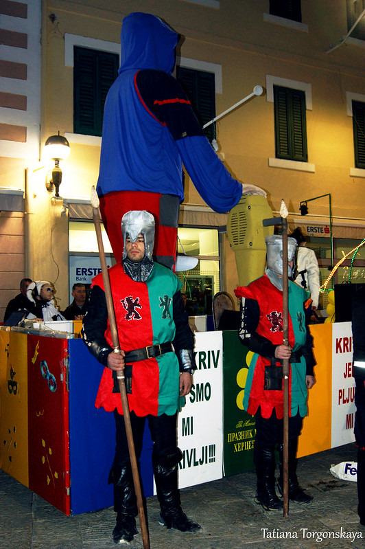 Карнавальная кукла и стражники