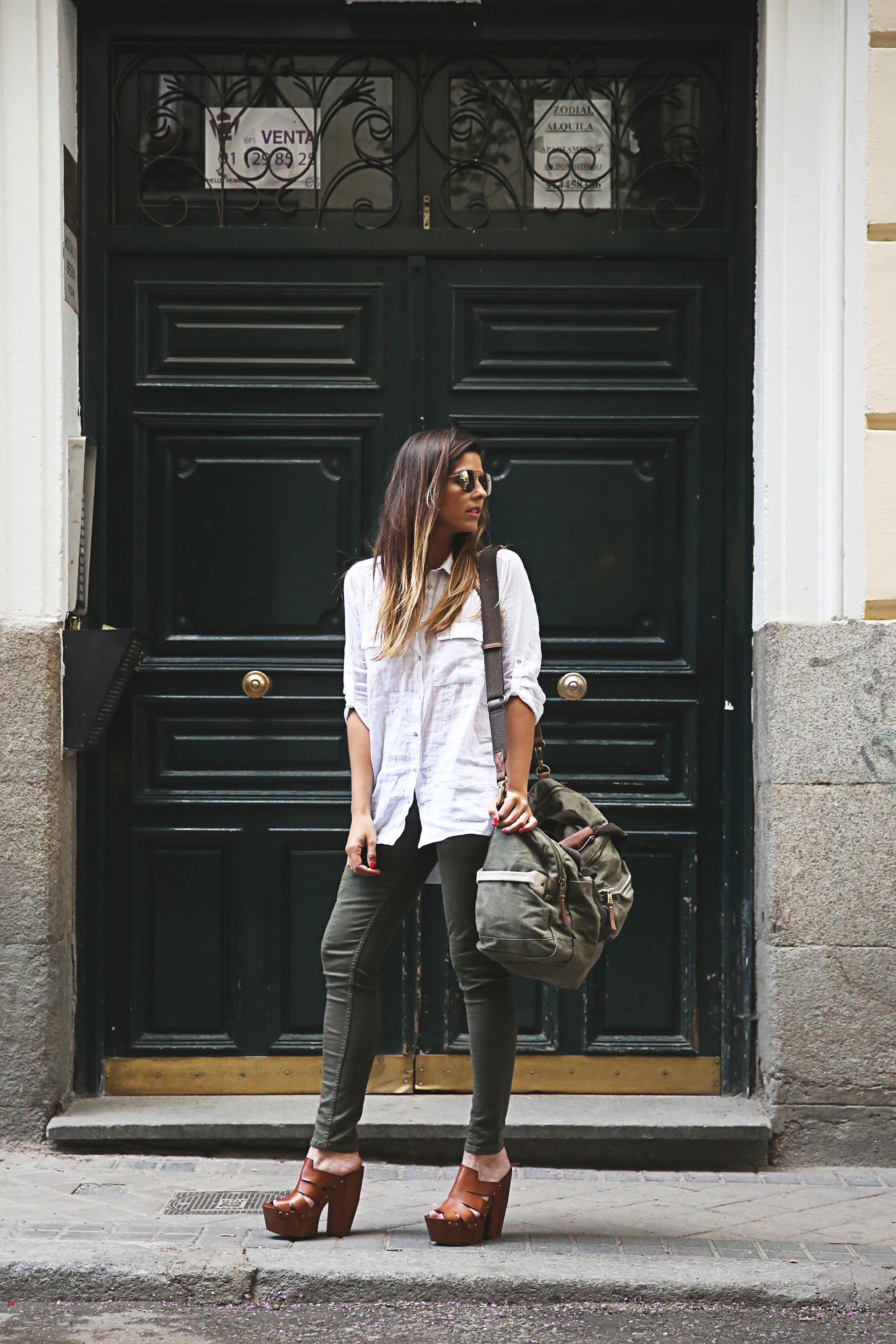 trendy-taste-look-outfit-street-style-steve-madden-ootd-blog-blogger-fashion-spain-moda-españa-safari-traveling-viaje-bolsa-bag-khaki-caqui-pants-sandalias-zuecos-10