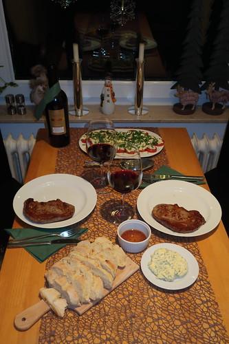 Nebraska Dry Aged Entrecôte als Steak mit Salbeibutter, Mozzarella-Tomaten und frisch gebackenem Weißbrot (Tischbild)