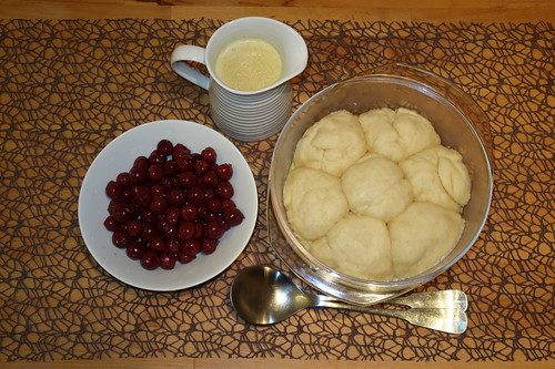 Dampfnudeln mit Vanillesoße und Kirschen