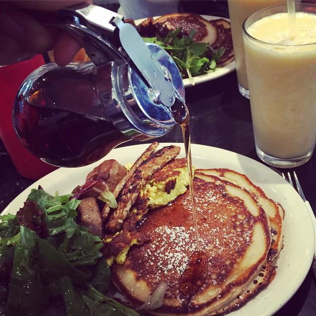 Hur sköljer man bäst ner pangkakor, tofuröra och tempehbacon? Med lönnsirap? Nej, med piña colada-smoothie! #vadveganeräter till frukost på Champs Diner i Brooklyn.