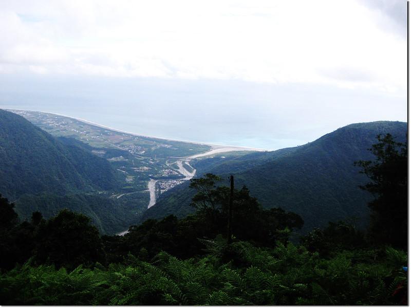 登論外山途中俯瞰三棧社區及三棧溪出海口 4