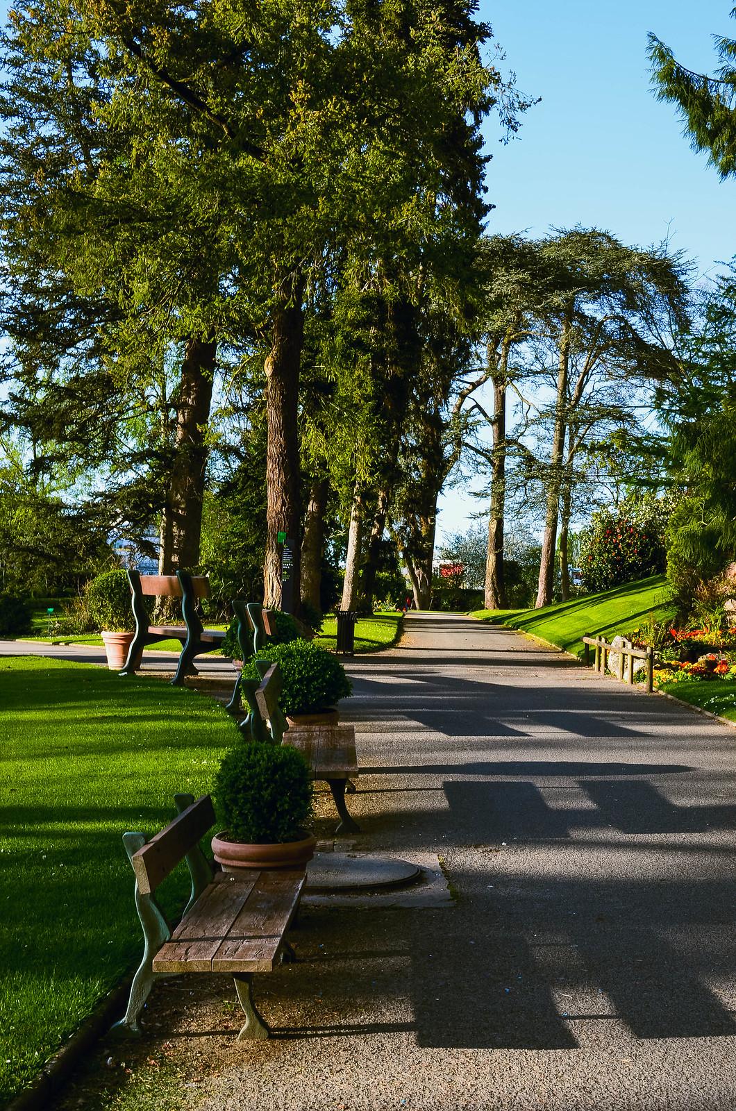 Les bancs processionnaires de Claude Ponti / Jardin des Plantes Nantes
