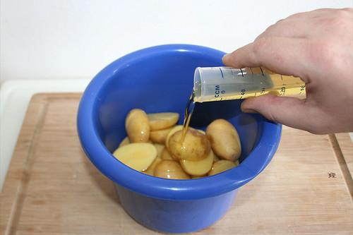35 - Kartoffeln & Öl in Schüssel geben / Put potatoes & oil in bowl
