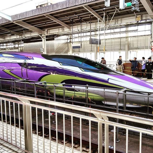 新大阪駅でヱヴァンゲリヲン新幹線を初めて生で目撃。多くの人が写真撮ってた。 #大阪 #新幹線 #アニメ #エヴァンゲリオン #ヱヴァンゲリヲン #evangelion #train #station #cool #instagood