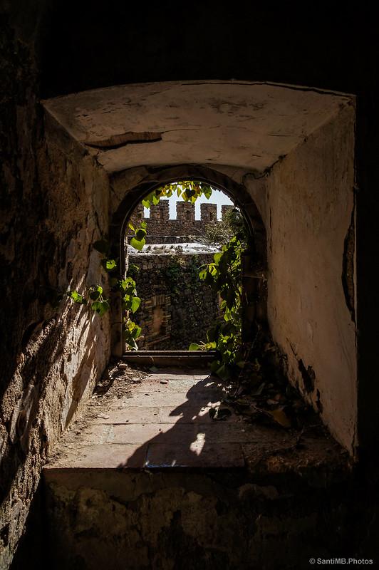 Entre la capilla y el hospital del Castillo de Requesens