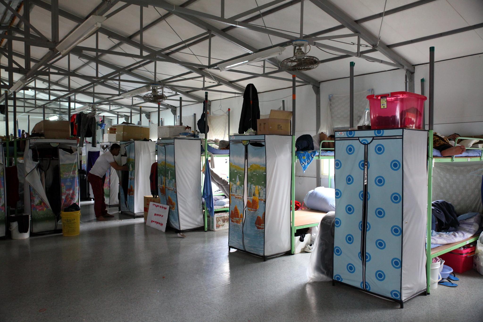 移工宿舍的床是上下鋪,兩人共用一個布衣櫥。(攝影:陳逸婷)