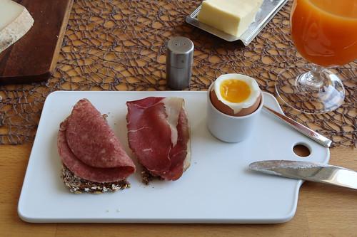 Corned Beef und Rinderschinken (vom Frecklinghof) auf Roggen-Haferbrot (vom Wieruper Hof) zum Frühstücksei
