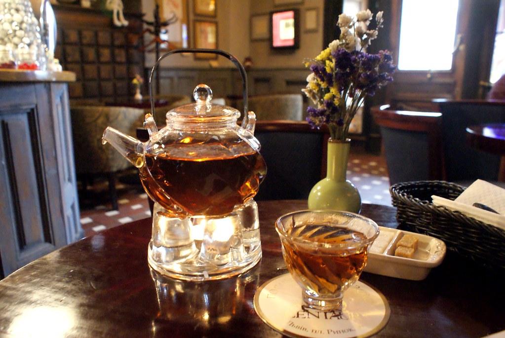 Le thé servi dans un superbe service en verre au café Centaure.