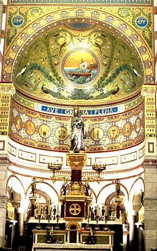祭壇に祀られた銀色のマリア像