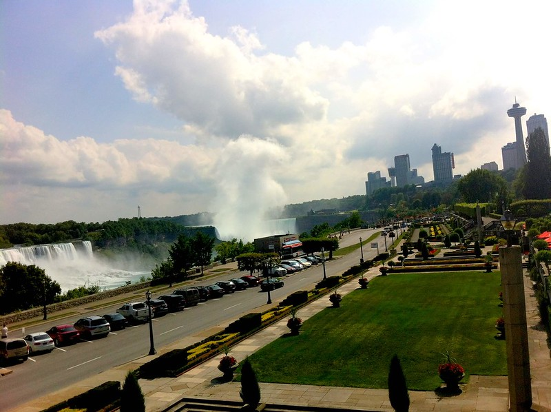 Niagara Falls lawns: when visiting Niagara falls with children, make sure you make some time to rest on the beautiful lawns overlooking the falls