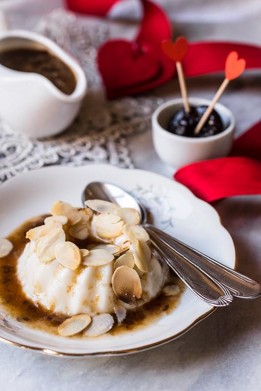 Biancomangiare con salsa alle prugne