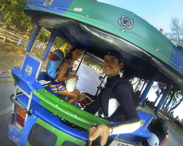 En tuktuk por las calles de Ao Nang en Tailandia