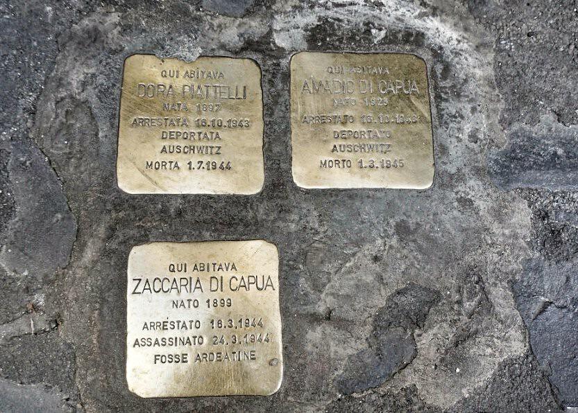 Ghetosta keskitysleireille vietyjen juutalaisten muistolaattoja