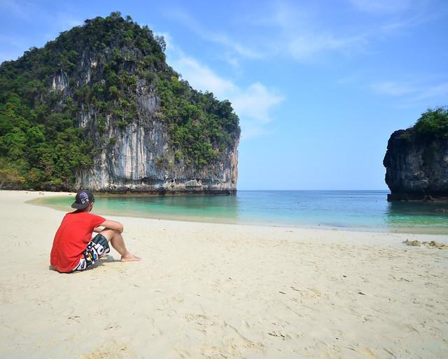 Sentado en la playa de Koh Hong Island