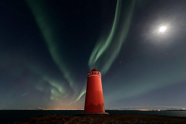 Aurore boréale et phare de Keflavik (Islande)