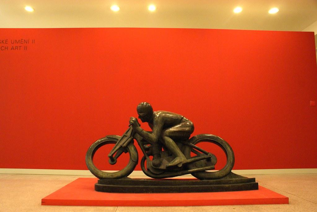 Statue d'un motocycliste dans le musée d'art moderne à Prague.