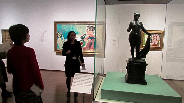ルノワールのブロンズ《勝利のヴィーナス》(1914年頃、国立西洋美術館蔵)の後方にはバブロ・ピカソの作品も展示