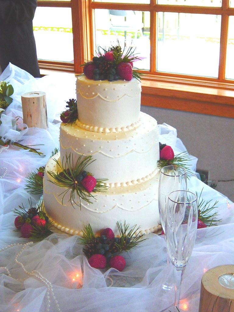 wedding cake wedding cake very oregon esque with the pine flickr. Black Bedroom Furniture Sets. Home Design Ideas