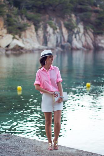Look con camisa rosa fucsia