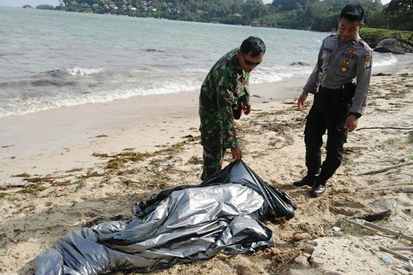 Tim Pos AL Lantamal IV dan Polres Bintan, tengah mengevakuasi mayat yang ditemukan