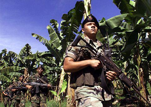 金吉達在哥倫比亞僱用的武裝部隊正在巡視香蕉園。(影像來源:Luis Acosta, AFP/Getty Images file)