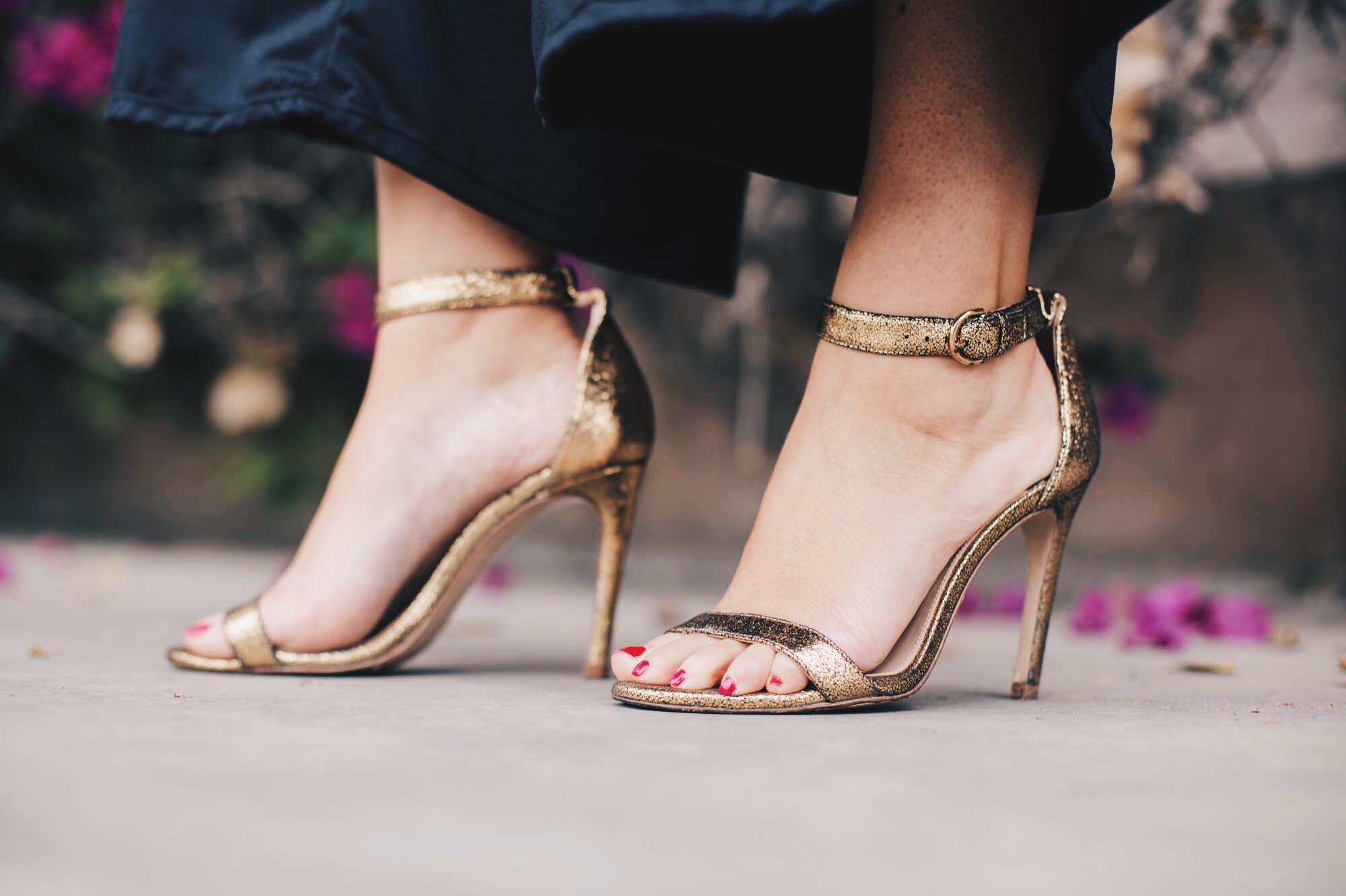 sandalias doradas tacón
