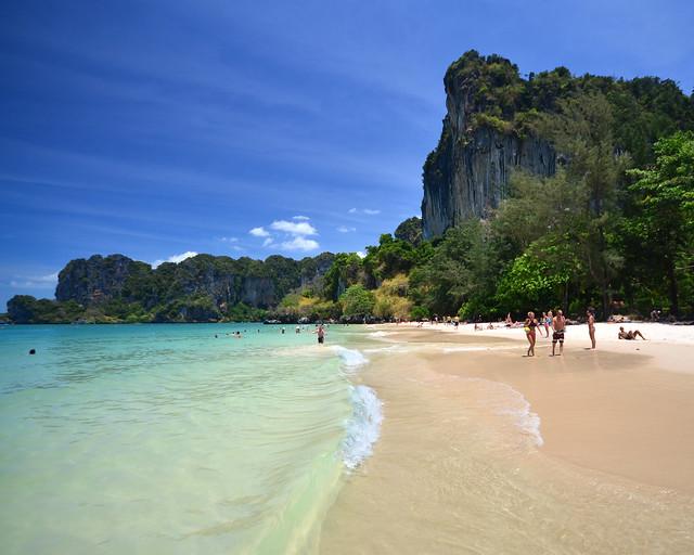 Orilla de aguas cristalinas de Railay Beach, una de las playas más preciosas de Tailandia