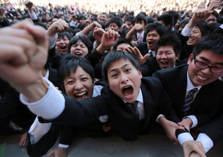洋溢著活力、初入社會的日本職場新鮮人,循著「幸福人生」的道路,成為冰冷的過勞機器。(取自Japan Info)