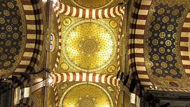 美しいモザイク画で飾られた天井