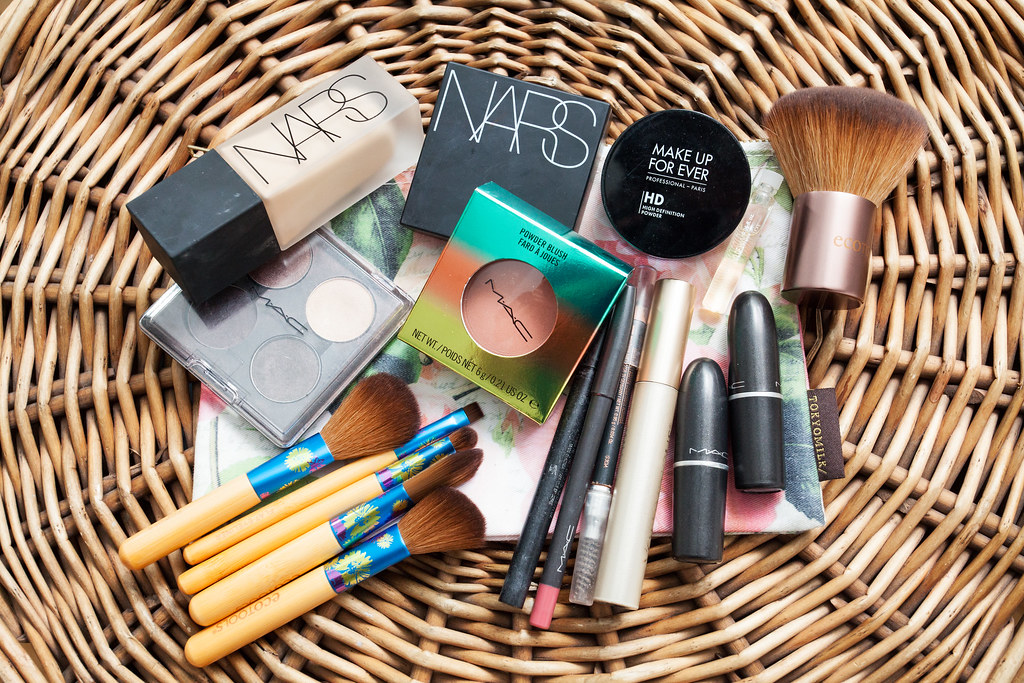 what to pack on a business trip makeup corporate catwalk traveling tote vera bradley nars foundation mac blush mac lipstick professional blog corporate blogger what to pack