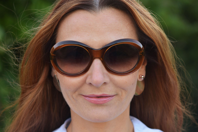 Summer style | Large round sunglasses, asymmetric earrings