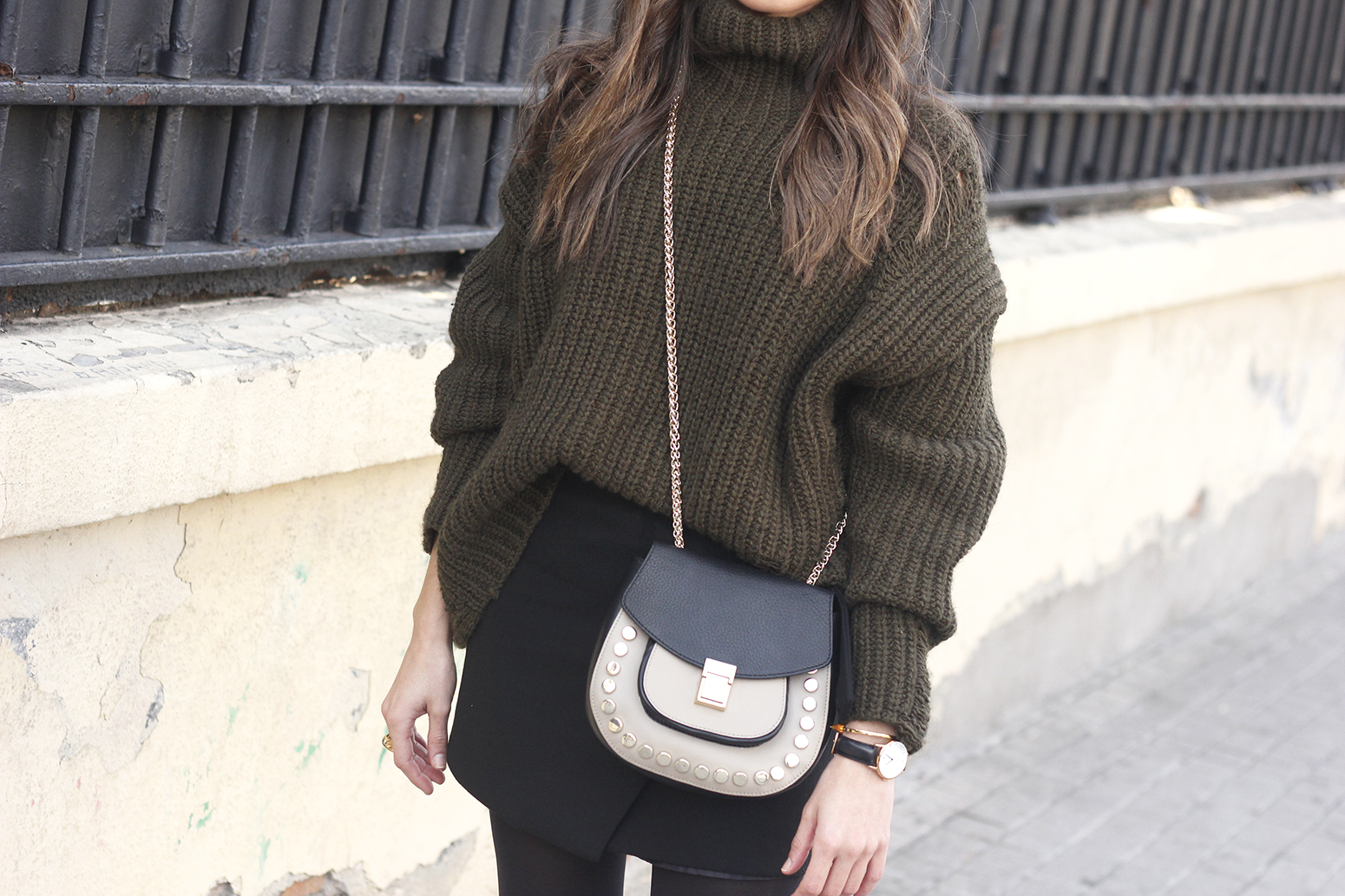 green sweater booties black skirt uterqüe bag style fashion winter outfit15