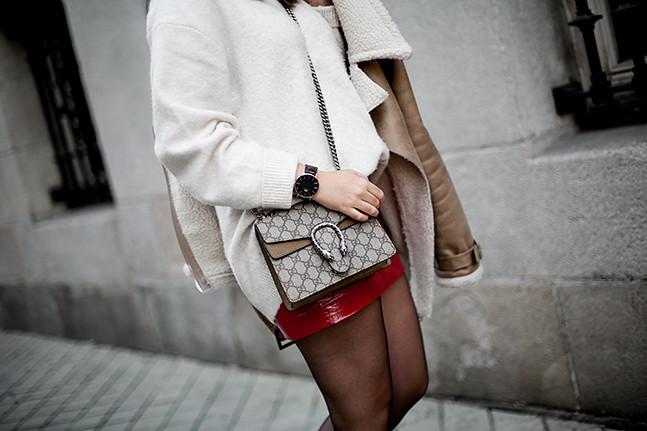 falda charol rojo chaqueta borreguillo botas militares terciopelo stradivarius streetstyle10
