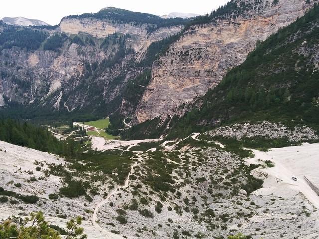 Abstieg Blick auf das Berggasthaus Pederü