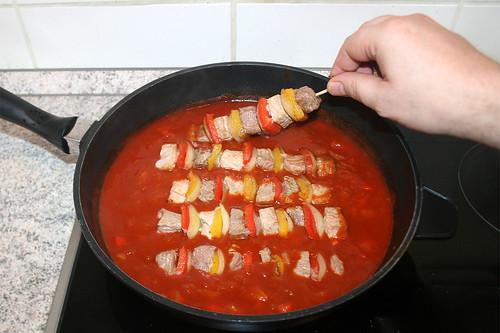 35 - Spieße zurück in Pfanne geben / Put shaschlik in sauce