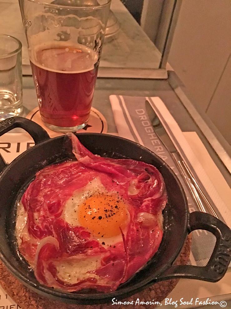 O delicioso ovo com bacon. O hambúrguer que pedi vocês podem ver na foto capa do artigo. Amos maravilhosos assim com a cerveja da casa.