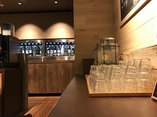 無料のコーヒーやレモン水の中に150円から楽しめるセルフのワインバーも