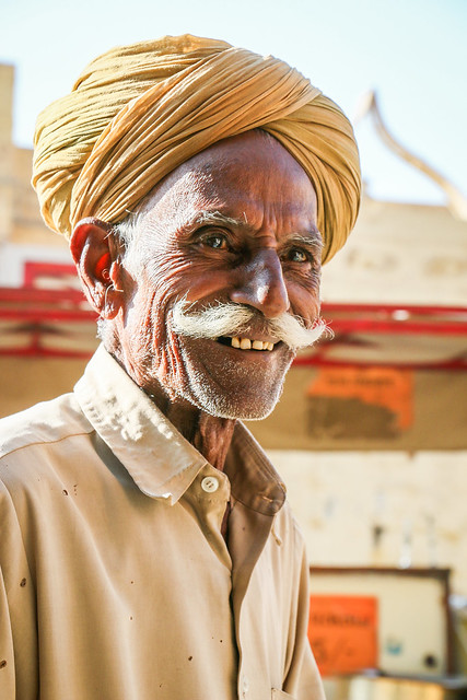 Smiling white-bearded elderly man in Jaisalmer, India ジャイサルメール 微笑むターバン姿のおじいさん