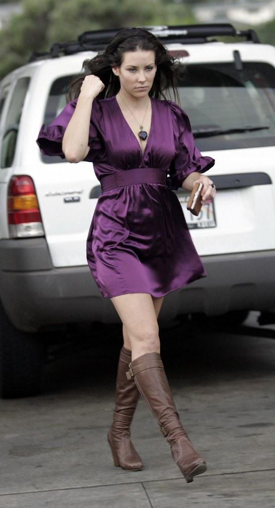 Evangeline Lilly pumping gas 02 | 12-10-05, Honolulu ...