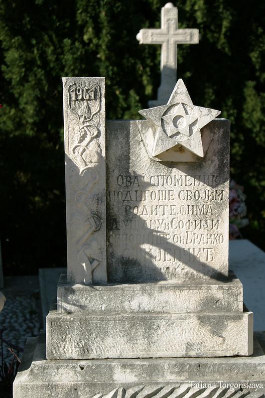 Надгробный памятник на церковном кладбище