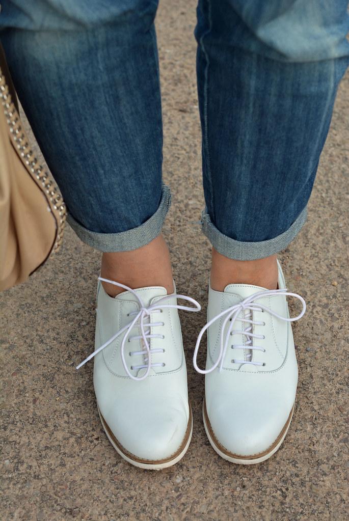 Boyfriend jeans, white brogues