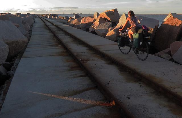 Kuukuppi kokemuksia | Nainen pyöräilemässä merimaisemissa.