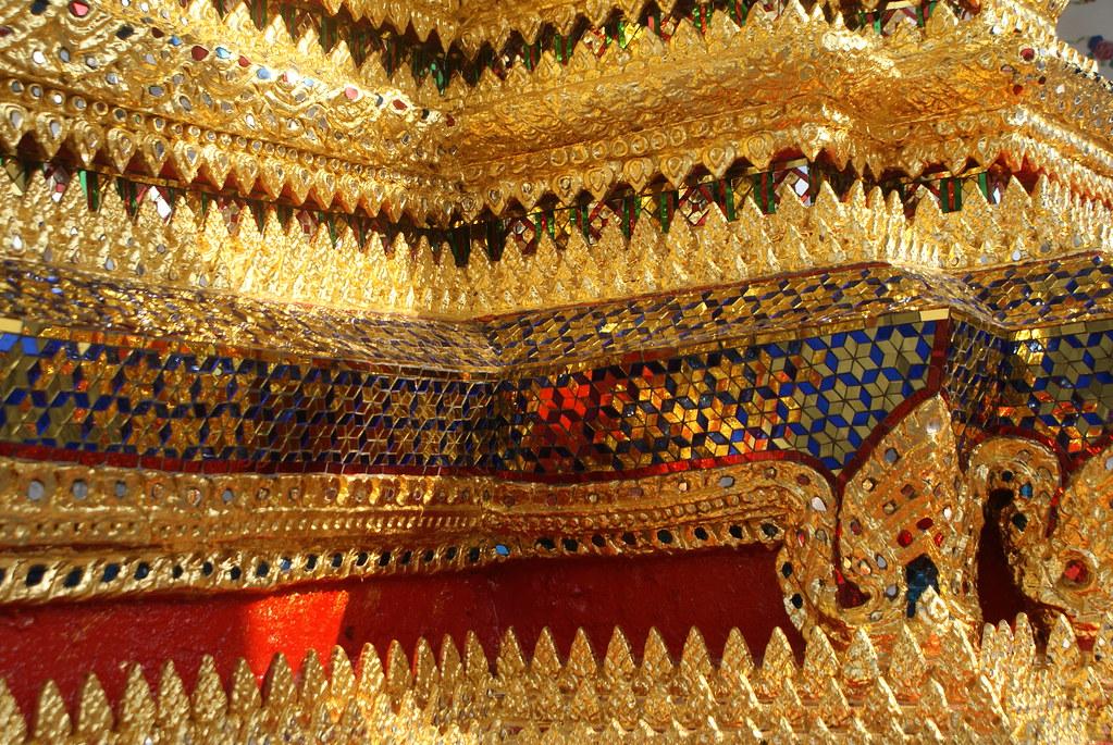 Frise dorée dans un temple du complexe religieux de Wat Arun dans la capitale Thailandaise.