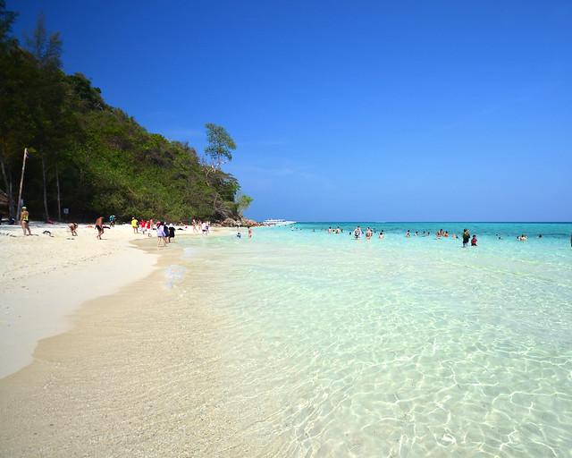 Cristalinas aguas de Bamboo Island, una de las mejores playas que visitar en Tailandia