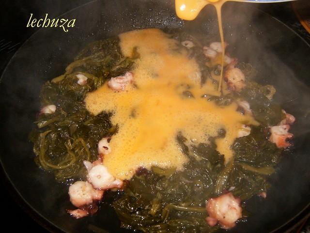6-Revuelto grelos y pulpo-añadir huevo