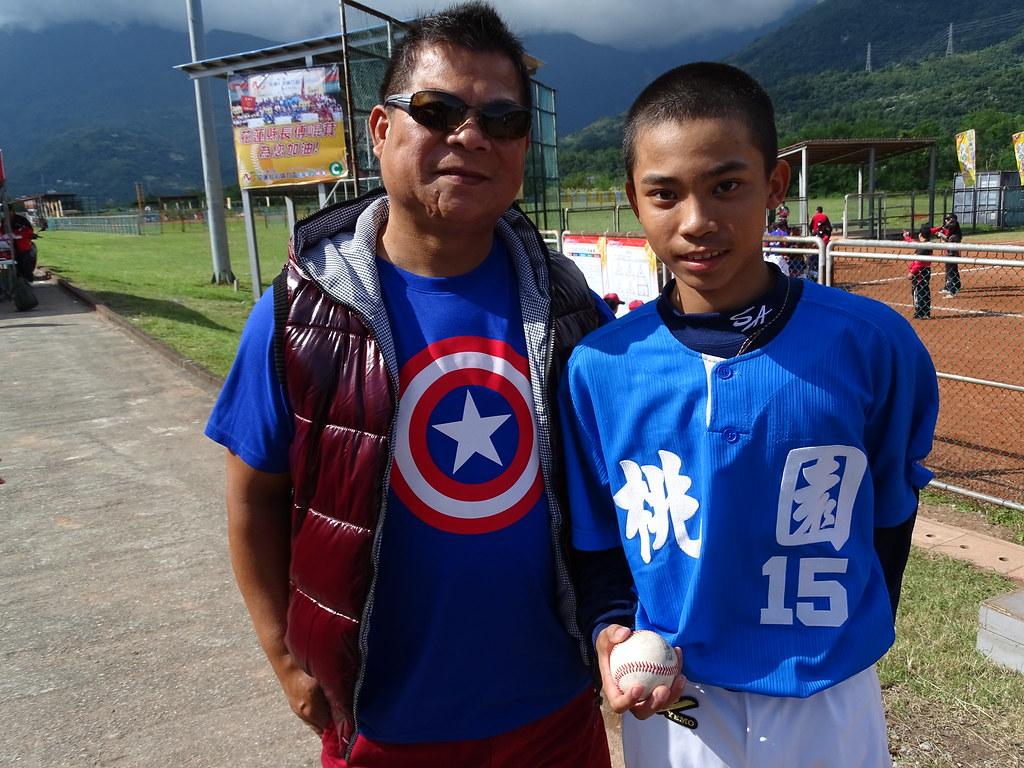 陳震承(圖右)與父親陳宗世。(台彩威力盃提供)