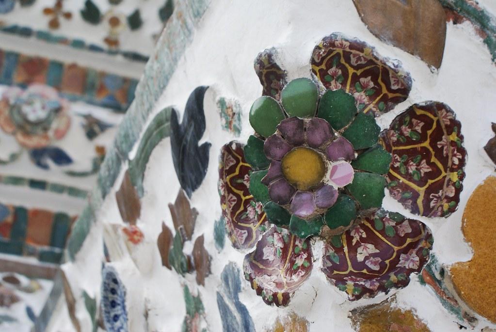"""Motifs floraux et """"composition naïve"""" au temple Wat Arun à Bangkok."""
