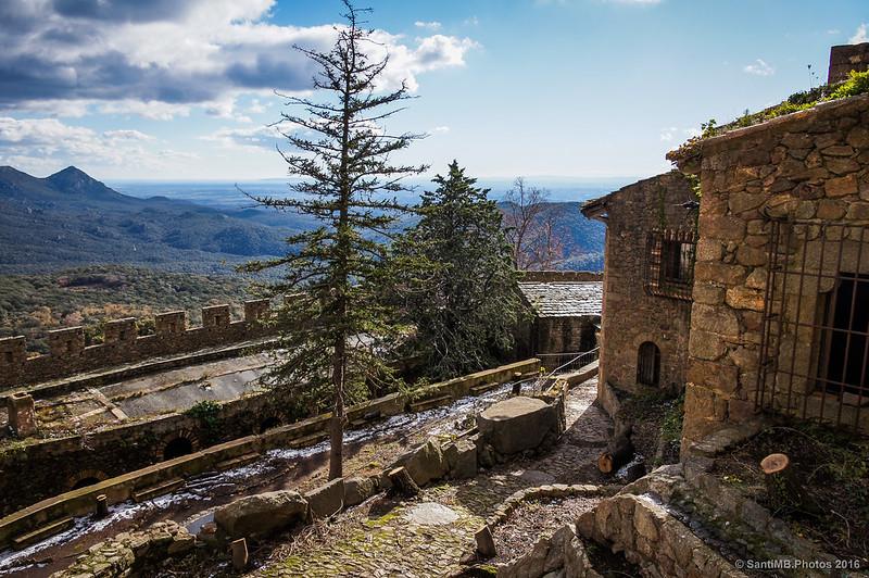 Mirando al sureste desde la puerta de la segunda muralla del Castillo de Requesens